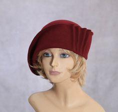 Diese schönen Damen Cloche ist aus Haarfilz und Hand drapiert über einen antiken Hut-Block hergestellt. Hand ausgespielt mit authentischen Millinery Techniken.  Bitte geben Sie bei der Bestellung Ihre Kopfgröße-Messung (Messen Sie Ihren Kopf horizontal direkt über den Augenbrauen). Wenn Sie Ihren Hut erhalten, werden eine kleine Schleife innerhalb der Passform und eine Hut-Box für eine sichere Lagerung zu optimieren.  Hinweis: Die Farben variieren je nach Monitortyp und es werden auch einige…
