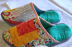 Through the window: Tutorial pantuflas patchwork / Patchwork Slippers Tutorial. Sewing Slippers, Sewing Crafts, Sewing Projects, Patchwork Tutorial, Fabric Pumpkins, How To Make Shoes, Patch Quilt, Thread Painting, Sewing For Beginners