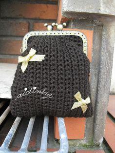 Bolsa, em crochet, castanha com lacinhos dourados