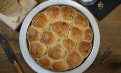 Une recette idéale pour les fêtes qui va cartonner sur la table ! Des petites boules de pain garnies, avec du basilic, pignons, Grana Padano râpé, huile d'olive et oignons frits. C'est trop trop bon, regardez la vidéo et la cuisson en accéléré dans le four, trop bon ! Pour la pâte à pain, j'ai …