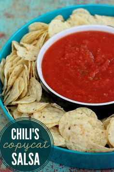 LOVE that this Chili's Copycat Salsa recipe takes 2 minutes to throw together! { lilluna.com } #salsa