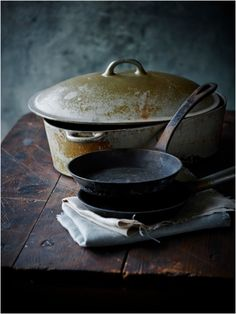 Pots and pans Kitchen Witch, Old Kitchen, Kitchen Items, Kitchen Utensils, Country Kitchen, Country Life, Vintage Kitchen, Cast Iron Cookware, Cast Iron Stove