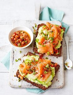 Avocado Toast Recipe with Smoked Salmon Avocado on toast with smoked salmon and a tomato dressing – a recipe that's bound to get you out of bed in the morning. Creamy avocado and delicious smoked salmon feel like an indulgence, but this dish comes in at u Healthy Snacks, Healthy Eating, Healthy Recipes, Healthy Fats, Healthy Brunch, Delicious Recipes, Skinny Recipes, Tea Recipes, Brunch Recipes
