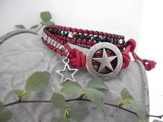 banderama - Wickelarmband mit schwarzen Glasschliffperlen, aus rotem Leder und grauen Rocailles mit Silberknopf Schmuck Design, Designer, Belt, Accessories, Rhinestones, Beads, Red Leather, Leather Cord, Handmade