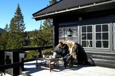 Dette er en hytte av de sjeldne. Hytten ligger vakkert i terrenget med en fantastisk utsikt, mens den åpner seg med store glassflater mot Kvitfjell. Eiendommen ligger høyt og solrikt til i et barnevennlig område med fritidseiendommer. Her kan man spenne på seg langrennsskiene utenfor hytten eller ta skitraseen og skli ned til Kvitfjell alpinanlegg. Hytten har et meget ekslusivt interiør, er fam... Rustic Style, Real Estate, World, House, Cabins, Design, Ideas, Terrace, Asylum