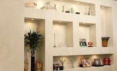 """Drywall quer dizer, literalmente, """"parede seca"""". Ou seja, um drywall nada mais é do que uma parede erguida sem a utilização de argamassa de cimento e areia Ceiling Decor, Ceiling Design, Wall Design, Living Room Modern, Home And Living, Living Room Designs, Recessed Shelves, Wall Shelves, Shelving"""