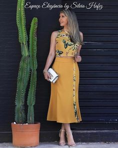 A imagem pode conter: 1 pessoa, em pé Modest Fashion, Girl Fashion, Fashion Dresses, Fashion Looks, Elegant Dresses, Beautiful Dresses, Casual Dresses, Dresses Dresses, Blouse And Skirt