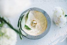 #Hochzeitsantrag und #Verlobungsring? So findet man den Richtigen! #ring #engagement #verlobung #ringe #hochzeit #gold #pfingstrose #schale #ringschale #woonder # schalewonnder #christjuweliere - Brilliant Looks