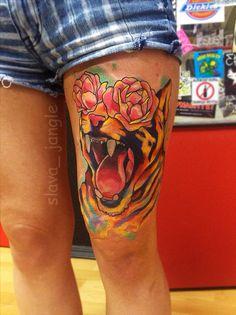 акварельная татуировка на бедре тигр и цветы пионы tiger with flowers watercolor tattoo