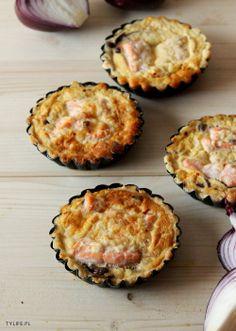 Taste Your Life - blog kulinarny : Mini tarty z łososiem i cebulą.