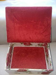 Caixa de mdf forrada com veludo.
