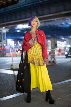 21 Tokyo Fashion Week Street Style Looks We Absolutely Love Apart from the coolest two-tone hair (Cruella De Vil eat your heart out), check out that amazing oversized, french fries-embroidered tote bag! Tokyo Fashion, Japanese Street Fashion, Harajuku Fashion, Korean Fashion Street Style, Winter Street Fashion, Asian Street Style, Paris Fashion, Tokyo Street Style, Street Style Looks