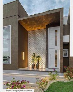 """3,932 Suka, 21 Komentar - ArquiteturadeCoração (@arquiteturadecoracao) di Instagram: """"A fachada residência ganhou pé direito duplo, valorizando o acesso principal. Destaque para o…"""""""