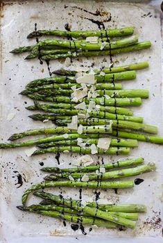 Roasted Garlic Asparagus - 10 Easy and Healthy Roasted Vegetable Recipes Roasted Garlic Asparagus, Garlic Parmesan, Asparagus Recipe, Roasted Vegetable Recipes, Greens Recipe, Food Dishes, Food Art, Food Inspiration, Love Food