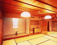 水琴亭 【天楽の間】 床の間、床脇に地袋のある和室(十畳)と、火灯窓が付き、奥が階段になっている和室(十一畳)とが、楽器で飾られた欄間で隔てられている。通常は二室で使用し、二十一畳の広間になる。北、東、南と三方に畳敷き縁側が廻り、開放感のある造りで、茶室のある庭園に面している。 床の間; 九尺(約2.7m)幅の床の間で、北山杉の絞り丸太の床柱、春慶塗の床框(かまち)、杉柾目(まさめ)の落掛(おとしがけ)である。壁は、淡いねずみ色の大津壁である。 床脇・地袋; 六尺(約1.8m)幅の漆塗り棚板、筆返しの付いた漆塗りの天板に、側板から棚板が付いた地袋に春慶塗枠の戸襖を入れている。床板と地袋天板は、漆塗り松の一枚板で、壁は、淡いねずみ色の大津壁である。 壁; 階段入口には、横浜三渓園の「臨春閣」の写しである漆塗り枠の火灯窓がある。壁は、淡いねずみ色の大津壁である。 天井; 天井は、上質な杉の天井板貼りの棹縁(さおぶち)天井である。 欄間;…