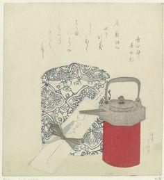 Teisai Hokuba |  Zilveren rijstwijnpotje en porseleinen pot, Teisai Hokuba, 1820 - 1829 | Een zilveren rijstwijnpotje  op een rode standaard, daarachter een blauw witte porseleinen pot voor zoetigheid. Met één gedicht.