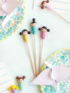 Make these adorable kiddie cocktail stir sticks inspired by Kokeshi dolls for your next party! Easy Diy Crafts, Diy Craft Projects, Diy Crafts For Kids, Decor Crafts, Fun Crafts, Craft Ideas, Diy Kokeshi Dolls, Matryoshka Doll, Stir Sticks