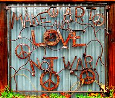 Love this - Love Austin! Metal art in East Austin TX Rust In Peace, Peace And Love, Hippie Love, Hippie Peace, Happy Hippie, Hippie Chic, Never Be Alone, Peace Art, Junk Art