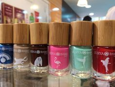 SURYA BRASIL Esmalte - esmaltes hipoalergênico, único esmalte 7 free ( sem tolueno, formaldeído, cânfora, parabenos, DBP) nacional. Disponível em 16 cores de acabamento cintilante e cremoso, com nomes de animais exóticos da fauna brasileira. Vende nas lojas/Spa da marca e em perfumarias revendedoras. Preço Médio: R$ 20. #cosmeticdetox #esmalte #7free #vegan #suryabrasil #crueltyfree #nailpolish #nontoxic #crultyfree #naturalcosmetics