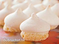 Plnené kokosové pyšteky -  Z bielkov ušľaháme tuhý sneh, zašľaháme doň cukor a v horúcom vodnom kúpeli došľaháme. Do snehu vmiešame... Cookie Recipes, Dessert Recipes, Desserts, Czech Recipes, Pavlova, Christmas Wrapping, Holiday Baking, Winter Holidays, Macarons