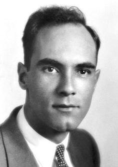 Carl David Anderson (1905-1991), physicien américain d'origine suédoise. En 1932, il découvre le positron, l'une des particules subatomiques fondamentales. En 1936, il confirme expérimentalement, dans les rayons cosmiques, l'existence d'une particule nucléaire élémentaire appelée méson, annoncée en 1935 par le physicien japonais Yukawa Hideki.  Il a reçu le prix Nobel de physique conjointement à V. F. Hess.