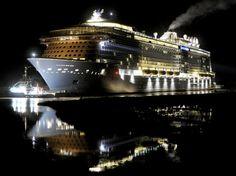 El crucero de pasajeros 'Quantum Of The Seas' , tercero mas grande del mundo, se refleja en las aguas del río Ems, Irhove, Alemania (Ingo Wagner, 2014)