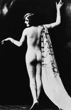 """Nackte Eleganz: Die deutsche Tänzerin Valeska Gert in der Pose der """"Großen Dame"""" der goldenen zwanziger Jahre."""