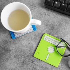 Un produs recomandat din colectia de Cadouri pentru Familie - Set 6 Coastere Floppy Disk care ofera protectie oricarei suprafete si totodata te duc cu gandul la vechile dischete pentru calculator  #incrediblepunctro #cadou #cadouri #coaster #discheta #floppydisk #cafea #cadouripentrufamilie #familie Floppy Disk, Calculator, Tableware, Dinnerware, Tablewares, Place Settings