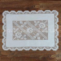 Toalha de bandeja ou pano de bandeja em linho branco.  Bordado Labirinto. Crochet Tablecloth Pattern, Crochet Placemats, Crochet Curtains, Crochet Doilies, Fillet Crochet, Crochet Art, Frame, Canario, Dena
