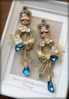 Soutache earring with materic effect, pearls, Swarovsk elementsi - by Serena Di Mercione Bead Jewellery, Diy Jewelry, Jewelery, Jewelry Making, Soutache Necklace, Beaded Earrings, Earrings Handmade, Gold Bridal Earrings, Polymer Clay Jewelry