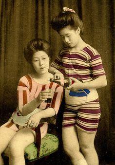 Fotos antiguas de Geishas posando en traje de baño | Rincón Abstracto