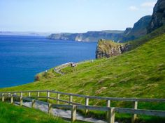 Ireland is a country where a car is practically a necessity. Click to see out all the beautiful places to visit in the Best Ireland Road Trip itinerary!