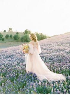 Verträumte Poesie im Lupinenfeld   Hochzeitsguide
