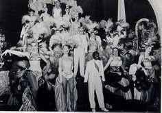 1957- Grande Otelo no espetáculo Mister Samba, produzido por Carlos Machado. Em 1º plano Elizabeth Gaper (1ª da esq.) e Aurora Miranda (4ª). Rio de Janeiro, dez. 1957.(Arquivo Nacional /Correio da Manhã)