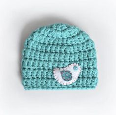 Combining my 2 favourite things yarn and felt to create this little birdie baby beanie. Baby Winter Hats, Kids Beanies, Button Eyes, Little Birdie, Crochet Art, Newborn Photography Props, Crochet Beanie, Felt Art, Baby Gifts