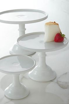 Wow your guests with this beautiful cake plate from Classic Hostess.
