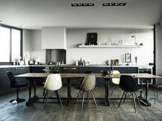 Big crush pour ce loft parisien. J'aime tout. Le parquet en bois brut non ciré. Les meubles et la déco dans un esprit bohème chic et sobre. La palette des couleurs en demi teinte brun, marine, gris , grenat, ocre. Les grandes fenêtres et le style verrière...