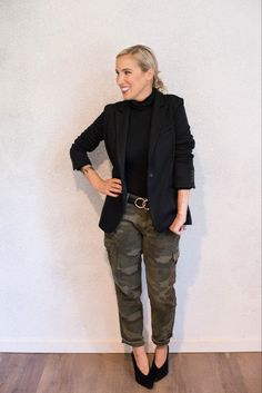 Camo Jeans Outfit, Camo Outfits, Work Outfits, Maroon Pants Outfit, Casual Outfits, Collar Shirt With Sweater, Camoflauge Pants, Outfit Trends, Outfit Ideas
