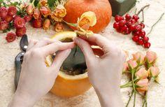 herfstboeket maken in een pompoen. #DIY #pumpkin #flowers #rosehip Moscow Mule Mugs, Fresh Rolls, Tableware, Ethnic Recipes, Food, Dinnerware, Tablewares, Essen, Meals