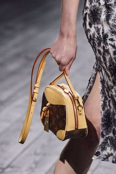 Louis Vuitton Fall 2020 Ready-to-Wear Fashion Show - Vogue Fashion Brand, High Fashion, Fashion Show, Dior Saddle Bag, Saddle Bags, Louis Vuitton, Vogue Paris, Carlo Scarpa, Mannequins