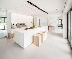 Casa de campo moderna y transparente con una galería para el coche 5