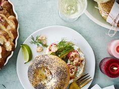 Bagel met roomkaas, avocado en grijze garnalen - Libelle Lekker  Topreceptje voor je brunch, maar ook gewoon als lunch of feestelijk ontbijt.