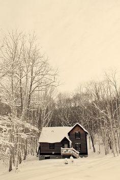 lumière d'hiver sur une cabane dans la neige