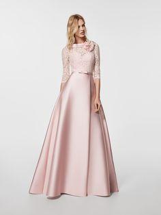 Bir kokteyl elbisesi mi arıyorsunuz? Bu uzun uçuk pembe elbise (GLORYMAR modeli) kayık yakalıdır ve elbisenin arkada da V şeklinde sırt dekoltesi bulunur. 3/4 kollu ve evaze etekli elbise (mikado ve dantel)