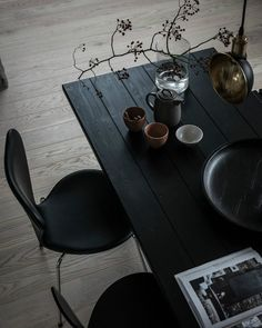 Beautiful black wooden plank dining table and black dining chairs Dining Room Design, Interior Design Kitchen, Home Design, Interior Decorating, Design Blogs, Farmhouse Interior, Farmhouse Table, Design Trends, Skandinavisch Modern