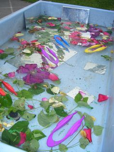 Spring Sensory/Discovery--Petals, leaves, safety mirrors and tweezers Eyfs Activities, Nature Activities, Spring Activities, Science Nature, Eyfs Classroom, Outdoor Classroom, Reggio Emilia, Water Tray, Sand Tray