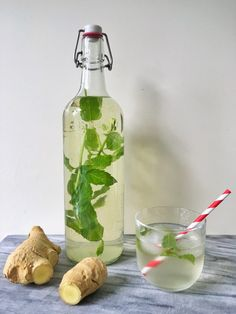 gember limonade zonder suiker (met citroen) - One Hand in my Pocket, Fruit Drinks, Smoothie Drinks, Detox Drinks, Smoothies, Lemon Detox Cleanse, Ginger Detox, Healthy Detox, Healthy Drinks, Healthy Recepies