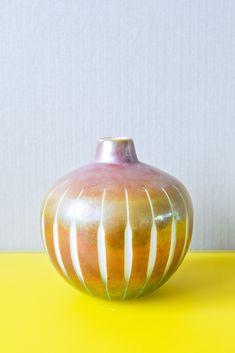 Mit dieser ausgefallenen Vase in Form und Farbe wird der nächste Blumenstrauß sicher ein echter Hingucker! Christmas Bulbs, Holiday Decor, Home Decor, Home Desk, Dark Furniture, Light In The Dark, Vases, Decoration Home, Christmas Light Bulbs