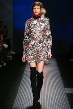 See all the Collection photos from MSGM Autumn/Winter 2015 Ready-To-Wear now on British Vogue Runway Fashion, High Fashion, Fashion Show, Fashion Design, French Fashion, Fashion Week 2018, Milano Fashion Week, Fashion Weeks, Fashion 2015
