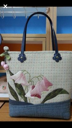 51 Ideas for patchwork bolsas ideas appliques Quilted Handbags, Quilted Bag, Purses And Handbags, Craft Bags, Patchwork Bags, Bag Patterns To Sew, Denim Bag, Fabric Bags, Cloth Bags